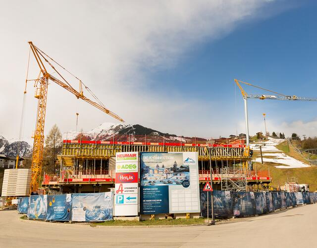 The Kaprun Center is already rising out of the ground. As of December 2018, it will unite the valley station of the MK Maiskogelbahn, ticket windows, a sports & rental shop, the ski depot and the GBK corporate headquarters under one roof. | © Kitzsteinhorn / Eva Reifmüller