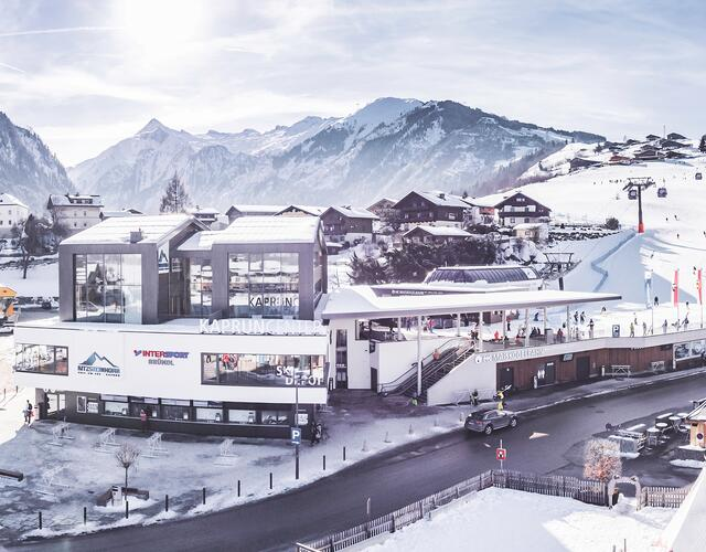 The multi-function Kaprun Center, which was opened in December 2018, brings together under one roof the valley station of the MK Maiskogelbahn, ticket windows, Gletscherbahnen Kaprun AG corporate headquarters, a modern ski depot with storage for as many as 2000 sets of equipment, along with a spacious Bründl Sports sporting goods and rental store.  | © Kitzsteinhorn
