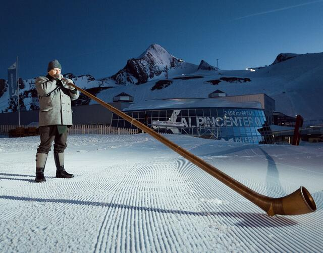 Listening deeply moved to the archaic, powerful sounds of the alpenhorn | © Kitzsteinhorn
