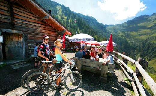 A fabulous view into the Salzachtal Valley rewards sporty bikers and hikers | © Kitzsteinhorn