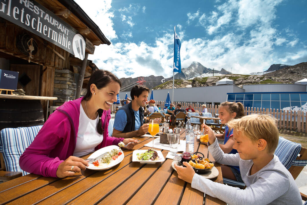 Enjoy typical Austrian cuisine at the cosy Gletschermühle restaurant on the sun plateau at the Alpincenter in 2.450 metres above sea level | © Kitzsteinhorn