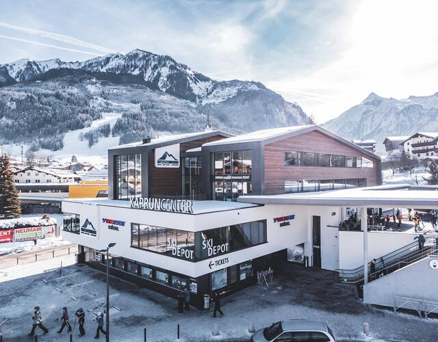 This multi-function building will bring together the ticket windows, Intersport Bründl Maiskogel – a modern, spacious sporting goods store and rental center – as well as a big ski depot under one roof. In this depot, guests staying in town will be able to store as many as 2,000 pairs of skis and boots, then make their way conveniently on foot, or using the ski and village buses, back to their hotel.  | © Kitzsteinhorn