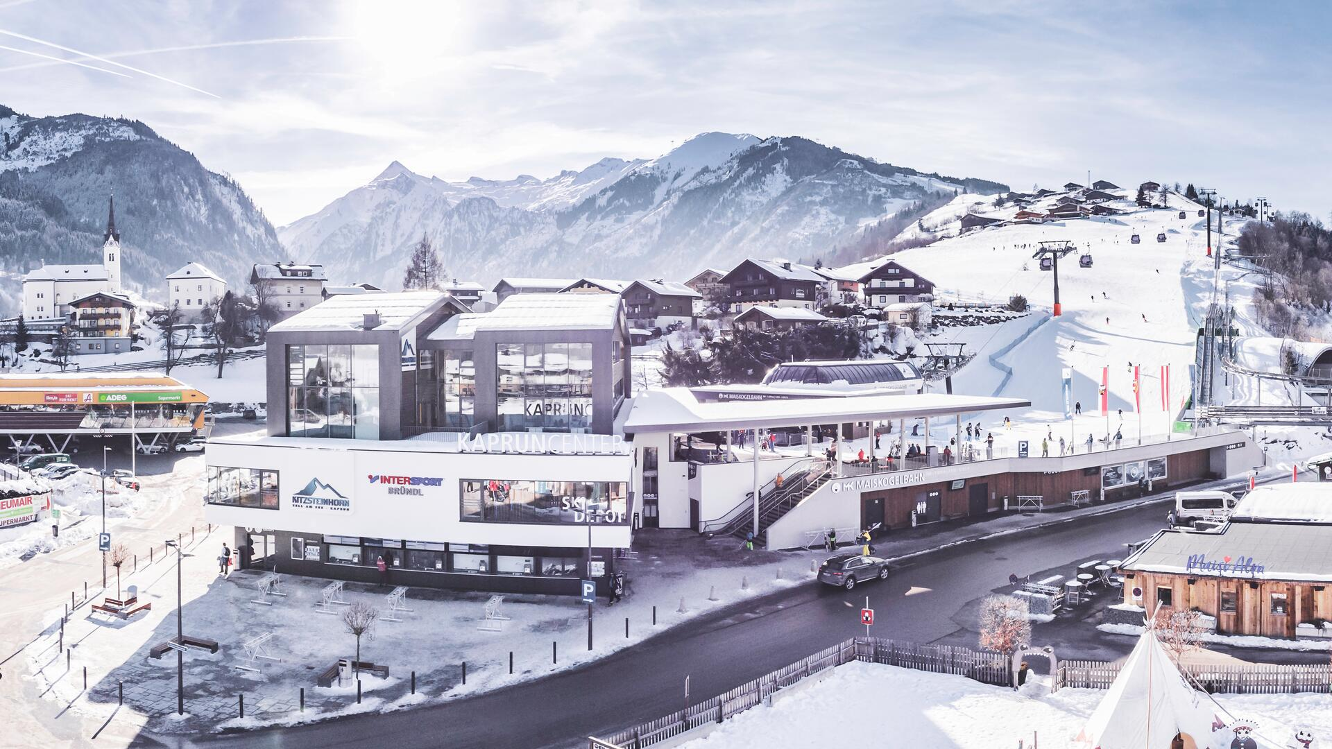 The Kaprun Center is the valley terminal of the MK Maiskogel Lift and a service hub with ticket- and informationoffices, a ski depot with up to 2000storage lockers and a modern sports shop. | © Kitzsteinhorn