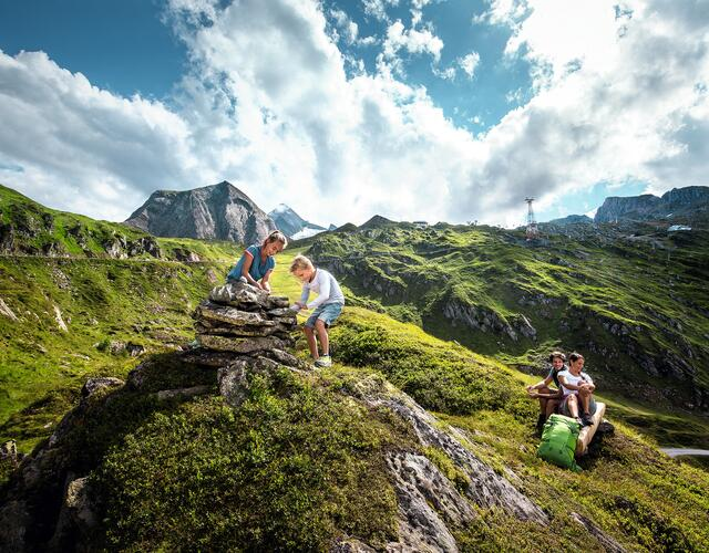 Sometimes on gently ascending trails across lush green ground with a wealth of colourful flowers, and at times high alpine rock landscapes with karstic climbs | © Kitzsteinhorn