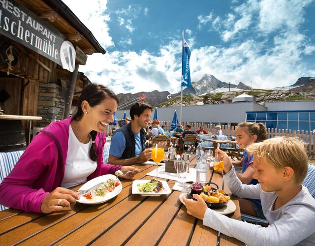 Deserved break in the mountain restaurant Gletschermühle  at 2,450 metres above sea level | © Kitzsteinhorn