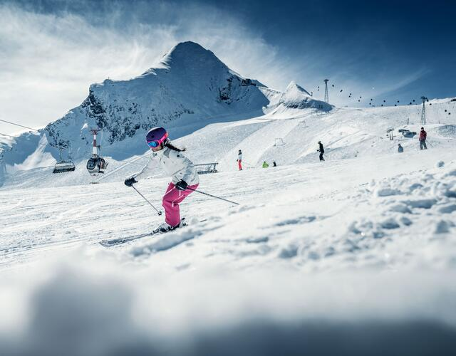Sporty skiers and boarders as well as aficionados, deep snow fans or freestylers – all will find the perfect programme on the wide slopes of the glacier ski resort | © Kitzsteinhorn